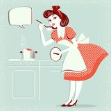 Dona de casa nova no vestido retro da forma que cozinha a sopa no cargo velho Fotos de Stock Royalty Free