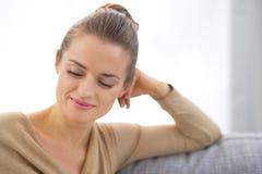 Dona de casa nova pensativa na sala de visitas imagem de stock