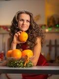 Dona de casa pensativa com a placa das laranjas Fotografia de Stock Royalty Free