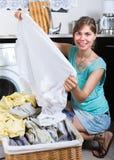 Dona de casa perto da máquina de lavar foto de stock royalty free