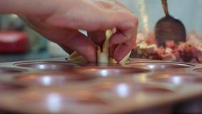 A dona de casa prepara o queijo da salsicha coze, lubrifica a massa com os ovos fecha-se acima vídeos de arquivo
