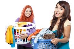Dona de casa que faz alguma lavanderia foto de stock