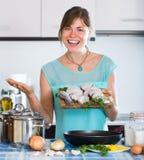 Dona de casa que frita peixes de água salgada fotos de stock royalty free
