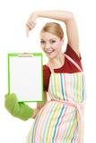 Dona de casa que guarda a prancheta com espaço da cópia para o texto fotografia de stock