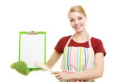 Dona de casa que guarda a prancheta com espaço da cópia para o texto imagem de stock royalty free