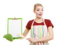 Dona de casa que guarda a prancheta com espaço da cópia para o texto Imagem de Stock