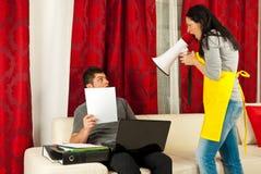 Dona de casa que shouting a seu marido Fotografia de Stock Royalty Free
