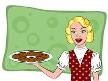 Dona de casa retro que guarda uma cookie Foto de Stock Royalty Free