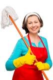Dona de casa satisfeita 30 anos de levantamento velho com espanador Foto de Stock Royalty Free