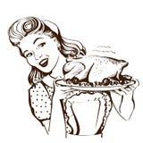 A dona de casa de sorriso retro cozinha o peru roasted na cozinha Fotos de Stock