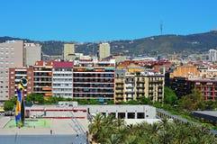 Dona i het beeldhouwwerk van Ocell Joan Miro in Barcelona Royalty-vrije Stock Foto's