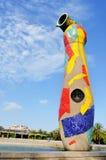 Dona i het beeldhouwwerk van Ocell Joan Miro's in Barcelona Stock Foto