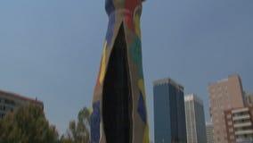 Dona i Ocell, Barcellona, Spagna archivi video