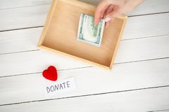 Donaciones y caridad Concepto de la donación Caja de donaciones y de corazón en el fondo blanco foto de archivo