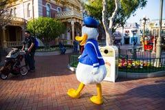 Donal Duck på Disneyland arkivfoto