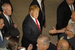 Donald atut prowadzi kampanię przy Nevada kliki lokalem wyborczym, Palos Verde Wysoka szkoła, NV Zdjęcia Royalty Free