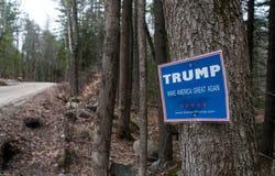 Donald atutu kampanii znak halsujący drzewo przy krawędzią lesista droga gruntowa w wiejski New Hampshire Zdjęcie Royalty Free