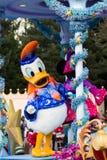 Donald Duck durante el desfile diario en Dinseyland París fotografía de archivo