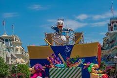 Donald Duck en desfile de la celebración de la sorpresa de Mickey y de Minnie en fondo azul claro del cielo en Walt Disney World  imágenes de archivo libres de regalías