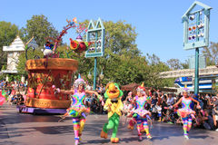 Donald Duck i Disney ståtar på Disneyland arkivfoto