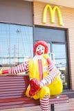 Donald McDonald está sentando-se na frente do café de McDonald fotos de stock