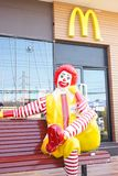 Donald McDonald sitter framme av det McDonald kafét Arkivfoton