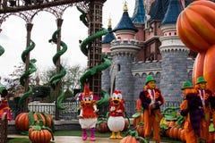 Donald and och tusensköna under halloween berömmar på Disneyland Paris arkivfoto