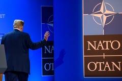 Donald Trump, presidente do Estados Unidos da América, andando longe da conferência de imprensa na CIMEIRA de OTAN 2018 imagens de stock royalty free