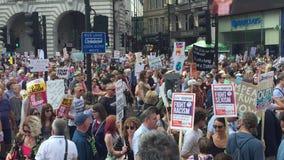 Donald Trump Protest London, Juli 13, 2018: Den Donald Trump protestmarschen affischerar Westminster, london, Juli 13, 2018 i Lon lager videofilmer
