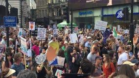 Donald Trump Protest London, Juli 13, 2018: Den Donald Trump protestmarschen affischerar Westminster, london, Juli 13, 2018 i Lon arkivfilmer
