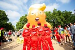 Donald Trump Visits het UK aan Demonstraties stock foto