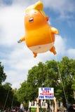 Donald Trump Visits het UK aan Demonstraties stock afbeeldingen