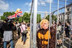Donald Trump Visits UK till demonstrationer fotografering för bildbyråer