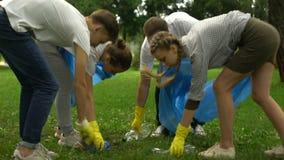 Donante ambiental de los voluntarios alto-cinco, haciendo el planeta naturaleza limpia, de ahorro almacen de metraje de vídeo