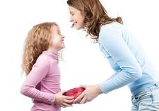 Donante de la madre presente a la hija. Foto de archivo