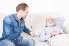 Donante de la medicación debido a dolor de cabeza Imágenes de archivo libres de regalías