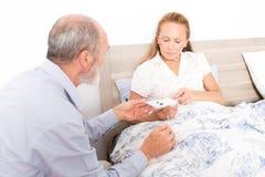 Donante de la medicación a una mujer mayor Foto de archivo libre de regalías