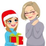 Donante de la nieta presente a la abuela Foto de archivo libre de regalías
