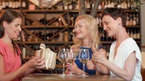 Donante de las mujeres presente al amigo en el bar de vinos metrajes