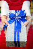 Donante de una caja de regalo Foto de archivo