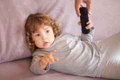 Donante del adulto teledirigido al niño del niño Imagenes de archivo