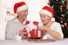 Donante del hombre presente a la mujer Imágenes de archivo libres de regalías