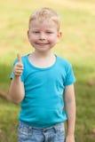 Donante del muchacho pulgares para arriba Imagen de archivo libre de regalías