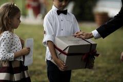 Donante del padre presente al hijo Muchacho sonriente feliz que recibe un regalo Familia feliz, cumpleaños, Año Nuevo, concepto d imágenes de archivo libres de regalías