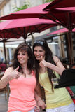 Donante hermoso de dos mujeres pulgares para arriba Imagen de archivo libre de regalías