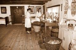 Donas de casa que conservam a couve em épocas antigas (sepia) foto de stock royalty free