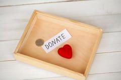 Donationer och välgörenhet Donationbegrepp Ask av donationer och hjärta på den vita bakgrunden royaltyfria foton