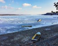 Donau door ijsbergen wordt gevangen die Royalty-vrije Stock Foto