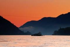 Donau-Fähre an der Dämmerung Lizenzfreie Stockbilder