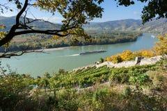 Donau met passagiersschip; Oostenrijk Stock Foto